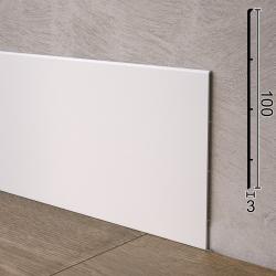 Белый алюминиевый плинтус с минимальным отступом от стены Sintezal P-102W, высота 100 мм.